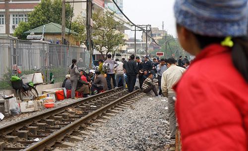 Hãi hùng cảnh ngồi trên đường ray chờ khám bệnh ở Hà Nội - 3