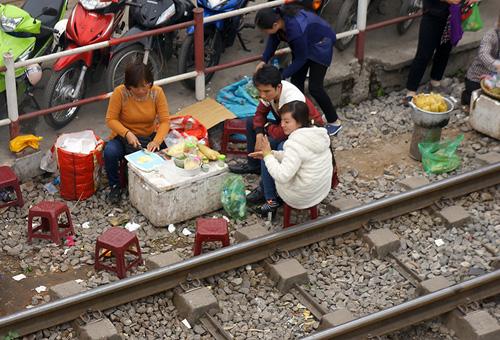 Hãi hùng cảnh ngồi trên đường ray chờ khám bệnh ở Hà Nội - 4