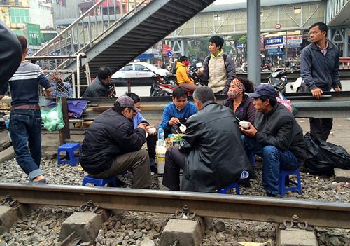 Hãi hùng cảnh ngồi trên đường ray chờ khám bệnh ở Hà Nội - 5