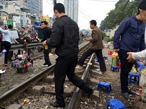 Hãi hùng cảnh ngồi trên đường ray chờ khám bệnh ở Hà Nội - 6