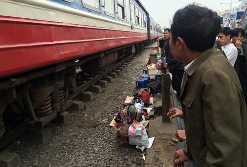 Hãi hùng cảnh ngồi trên đường ray chờ khám bệnh ở Hà Nội - 7
