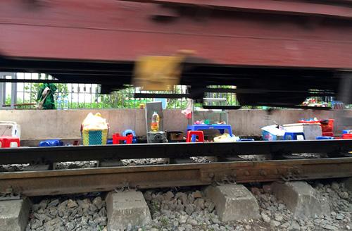 Hãi hùng cảnh ngồi trên đường ray chờ khám bệnh ở Hà Nội - 8