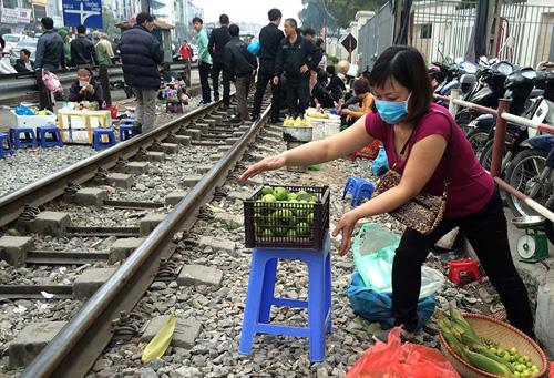 Hãi hùng cảnh ngồi trên đường ray chờ khám bệnh ở Hà Nội - 9