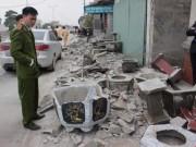 Tin tức trong ngày - Xe tải mất lái tông sập 5 ngôi nhà