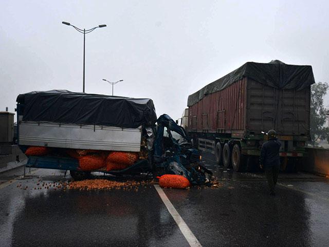 HN: Xe tải lao vào container đang đỗ trên đường trên cao - 1