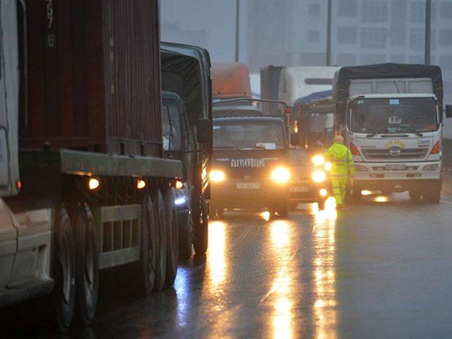 HN: Xe tải lao vào container đang đỗ trên đường trên cao - 2