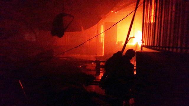 Nhà xưởng 3000m2 bị thiêu rụi sau tiếng nổ lúc rạng sáng - 1