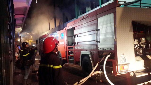Nhà xưởng 3000m2 bị thiêu rụi sau tiếng nổ lúc rạng sáng - 2