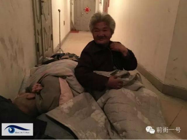 Xót xa vợ chồng già phải ngủ ngoài hành lang chờ con - 1