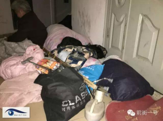 Xót xa vợ chồng già phải ngủ ngoài hành lang chờ con - 2