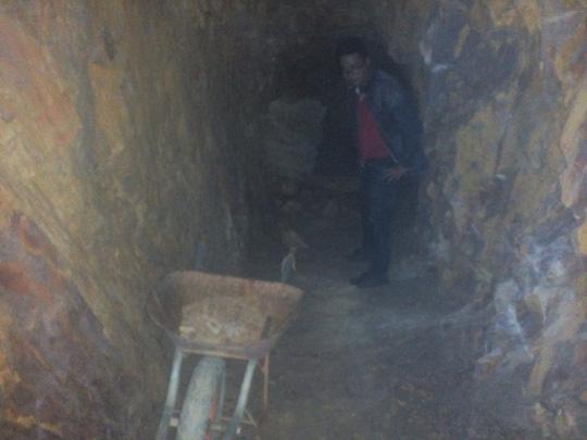 """Bí thư đào hầm xuyên núi: """"Muốn sống tốt mà sao khó thế?"""" - 1"""