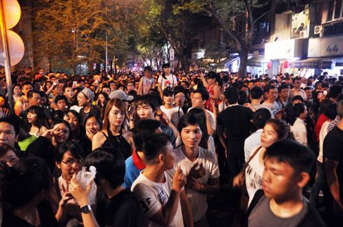 """""""Biển người"""" cùng đếm ngược, đón năm mới ở Sài Gòn - 3"""