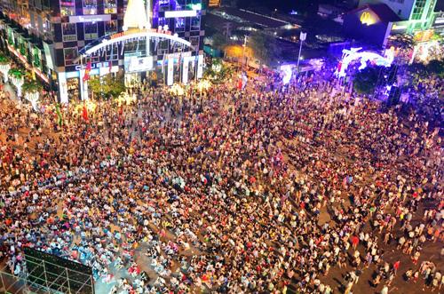 """""""Biển người"""" cùng đếm ngược, đón năm mới ở Sài Gòn - 2"""