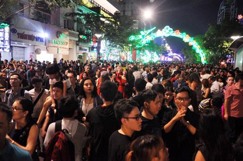 """""""Biển người"""" cùng đếm ngược, đón năm mới ở Sài Gòn - 4"""