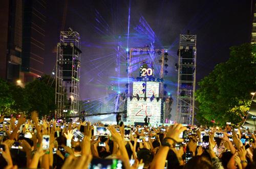 """""""Biển người"""" cùng đếm ngược, đón năm mới ở Sài Gòn - 7"""