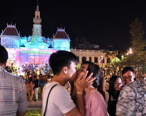 """""""Biển người"""" cùng đếm ngược, đón năm mới ở Sài Gòn - 9"""