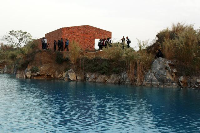 """Hồ nước """"lạ"""" được ví như """"tuyệt tình cốc"""" ở Hải Phòng - 8"""