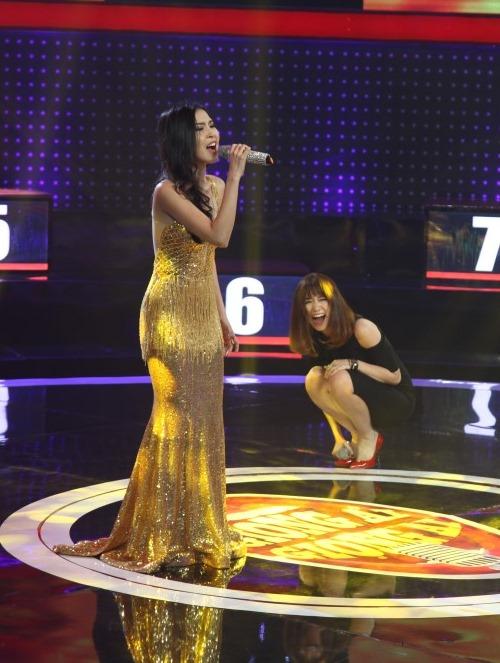 """Hari Won hát như """"cãi lộn"""" với gái đẹp trên sóng truyền hình - 3"""