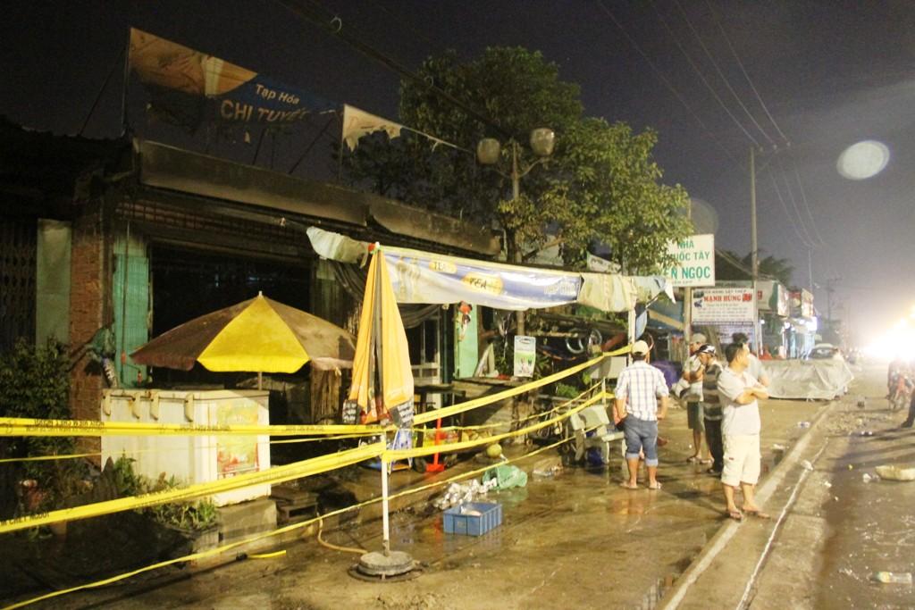 Cháy 4 ki ốt ở Sài Gòn, 2 người bị bỏng - 1