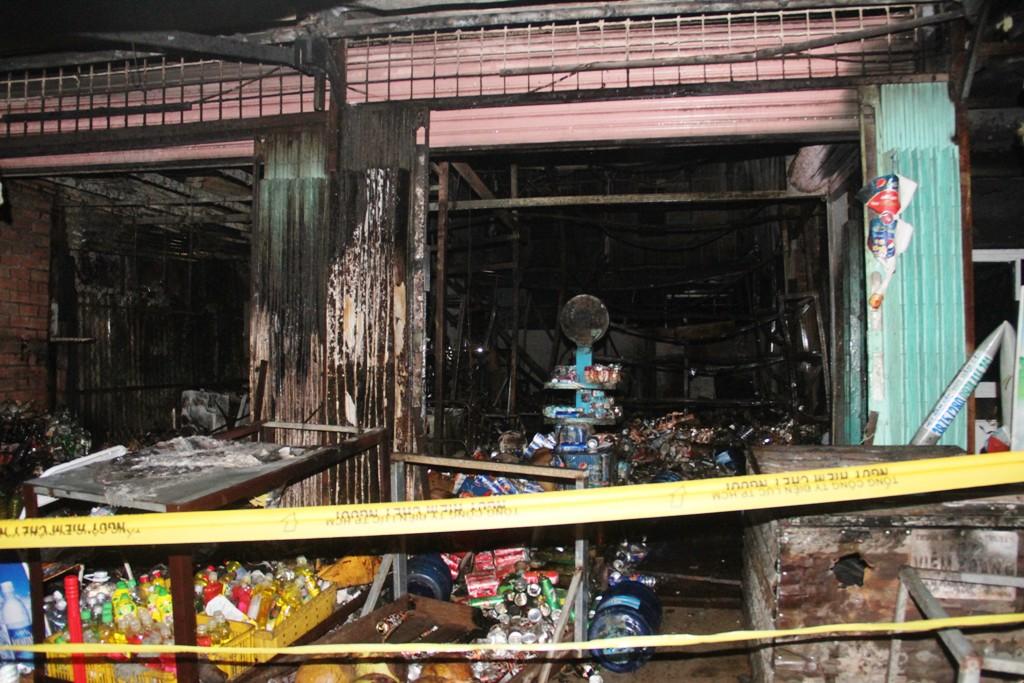 Cháy 4 ki ốt ở Sài Gòn, 2 người bị bỏng - 2