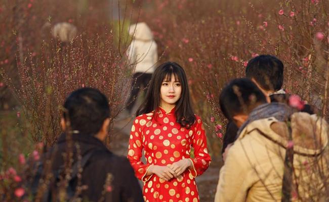 Bức ảnh cô gái mặc áo dài chụp ảnh ở vườn đào ở Hà Nội lọt & nbsp; vào top 155 bức ảnh đại diện cho một sự kiện hay nét văn hóa đặc trưng của quốc gia. Đây là tấm ảnh được hãng Reuters cho rằng nó đại diện cho nét văn hóa đặc trưng của Việt Nam năm 2016. Theo chia sẻ của cô gái trong bức ảnh, cô chụp bức ảnh này ở một vườn đào Nhật Tân (Hà Nội).