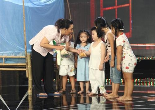 Con trai Kim Tử Long đáng yêu khi phụ diễn cho học trò của bố - 2