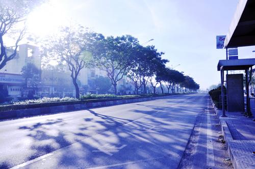 Sáng đầu năm, đường phố Sài Gòn vắng vẻ lạ thường - 1