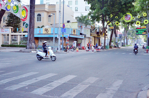 Sáng đầu năm, đường phố Sài Gòn vắng vẻ lạ thường - 13