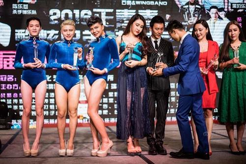 """Đột nhập nơi """"tô son, điểm phấn"""" của nhóm vũ công nam sexy nhất TQ - 6"""