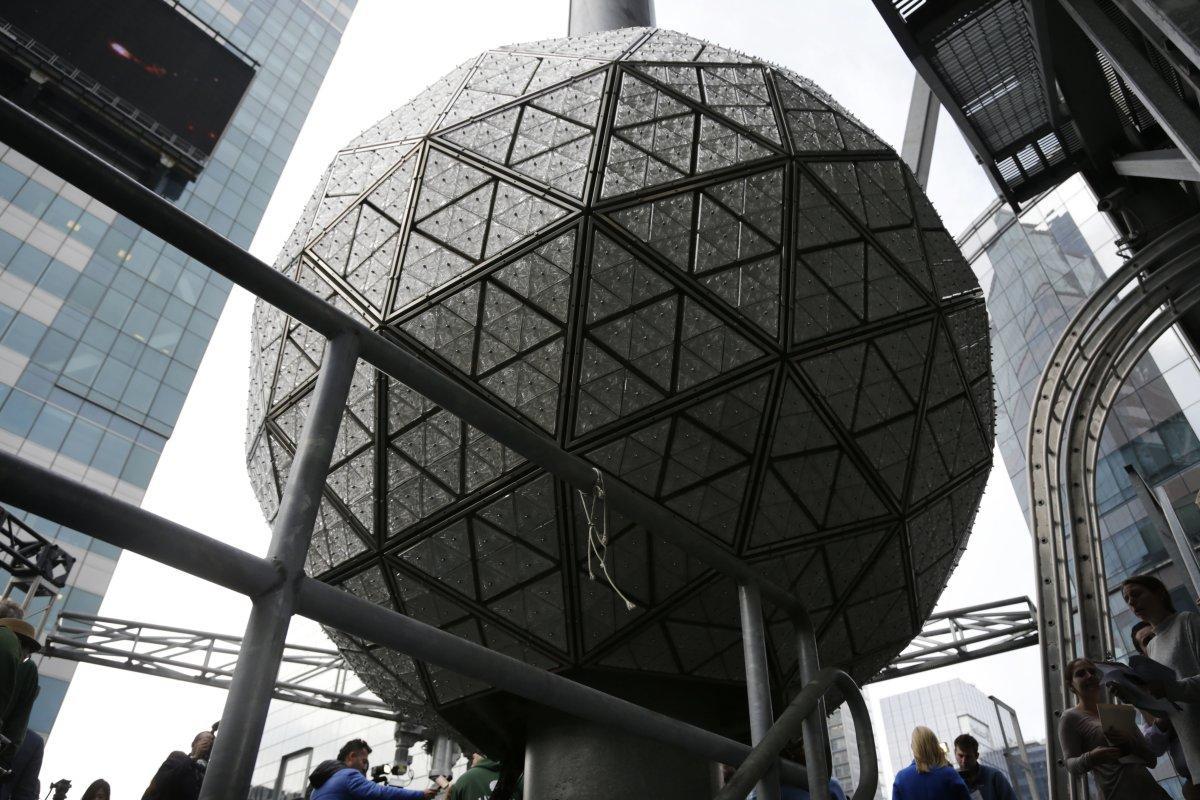 Quả cầu pha lê New York thu hút 1 triệu dân dịp năm mới - 1