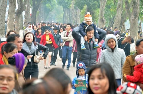 Phố đi bộ Hồ Gươm đông nghẹt người ngày đầu năm - 11