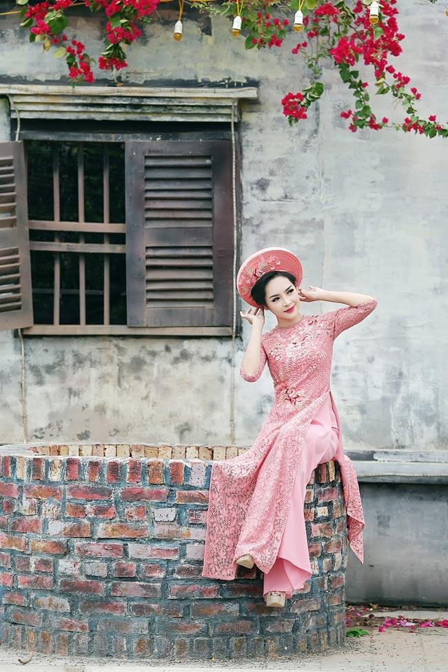 """Đặc biệt yêu thích áo dài truyền thống,  """" hot girl phẫu thuật thẩm mỹ """"  Vũ Thanh Quỳnh đã thực hiện bộ ảnh áo dài đón xuân."""