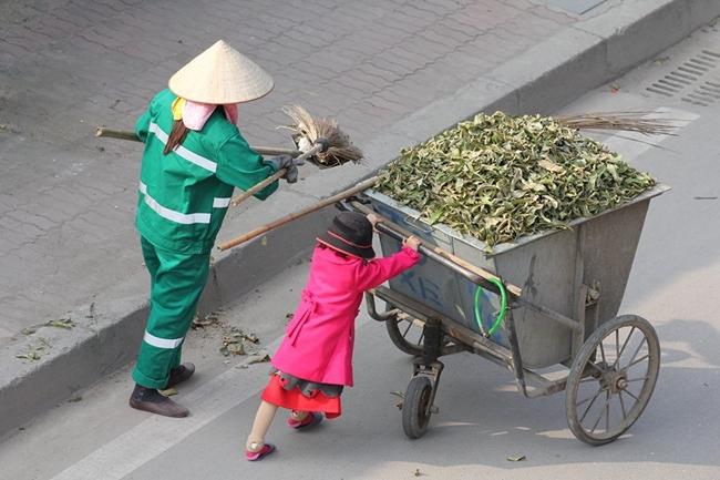 Bức ảnh em bé giúp mẹ đẩy xe rác dịp tết 2016 của tác giả Hồ Hải Hoàng làm tan chảy trái tim cộng đồng mạng.