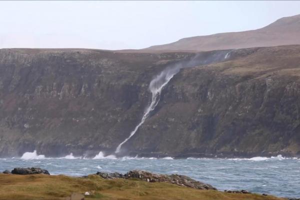 Kỳ lạ thác nước chảy ngược lên trời - 1