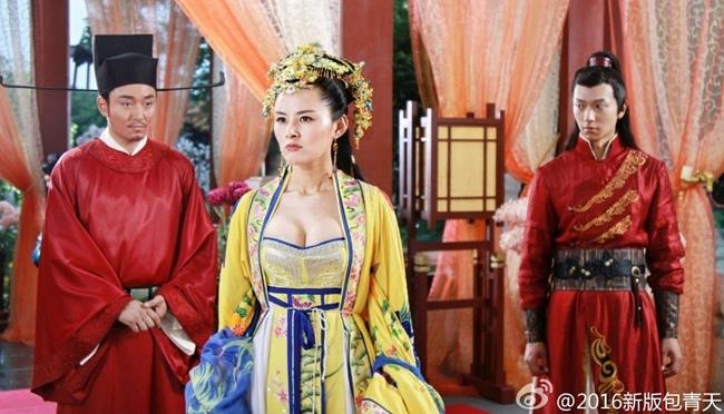 Trong đó, công chúa Như Ý do Chu Hân Nghi gây tranh cãi với trang phục khoe vòng một khá tạo bạo.