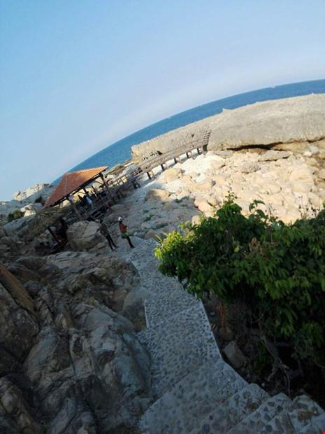 Du khách chụp ảnh ở ghềnh đá bị rơi xuống biển mất tích - 2