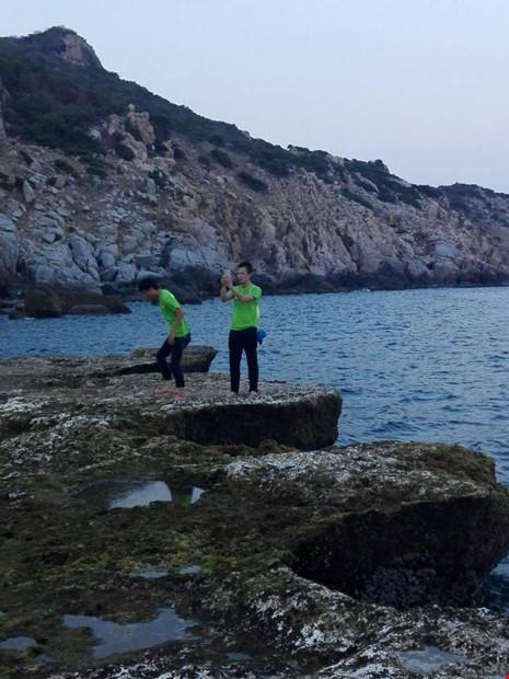 Du khách chụp ảnh ở ghềnh đá bị rơi xuống biển mất tích - 1