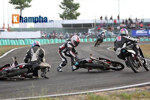 """Màn tranh chấp """"tóe lửa"""" tại giải đua mô tô Bình Dương - 11"""