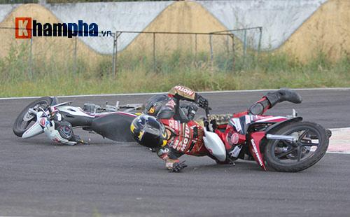 """Màn tranh chấp """"tóe lửa"""" tại giải đua mô tô Bình Dương - 5"""