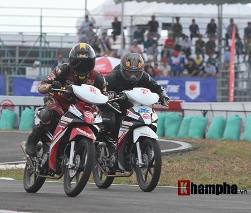 """Màn tranh chấp """"tóe lửa"""" tại giải đua mô tô Bình Dương - 8"""