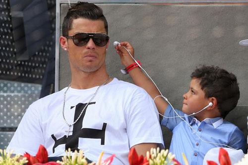 Ronaldo đón năm mới hạnh phúc bên bạn gái - 2