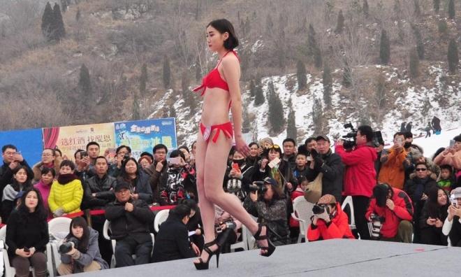 TQ: ''Tái mặt'' với dàn mỹ nữ diện bikini giữa trời tuyết - 4