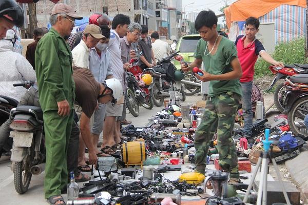 """Ngày đầu năm, hàng trăm người đi chợ """"lục lọi"""" kỷ niệm - 4"""