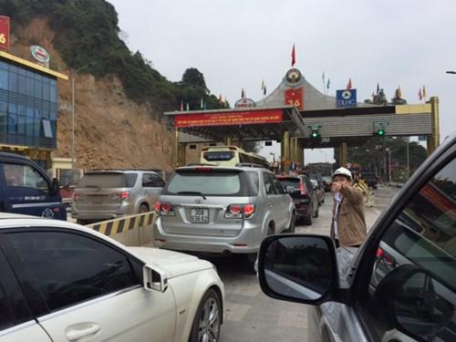 Dân đỗ xe chặn trạm thu phí gây ách tắc QL 6 - 1