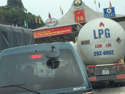 Dân đỗ xe chặn trạm thu phí gây ách tắc QL 6 - 3