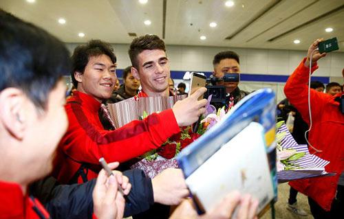 Fan Trung Quốc quây kín chào đón Oscar 500.000 bảng/tuần - 4