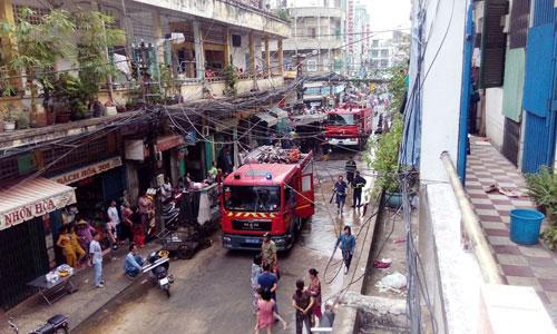Cháy chung cư ở Sài Gòn, dân nháo nhào tháo chạy - 2