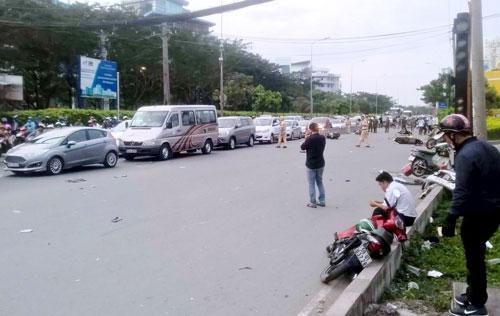 """Xe máy nằm la liệt trên đường sau cú tông kinh hoàng của ô tô """"điên"""" - 2"""