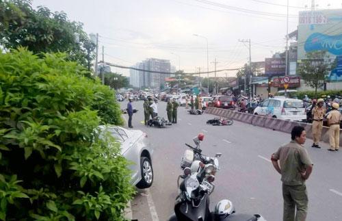 """Xe máy nằm la liệt trên đường sau cú tông kinh hoàng của ô tô """"điên"""" - 1"""