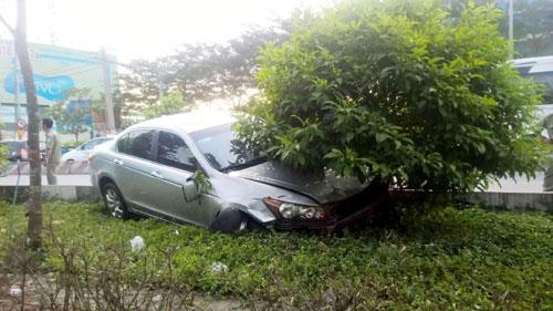 """Xe máy nằm la liệt trên đường sau cú tông kinh hoàng của ô tô """"điên"""" - 3"""